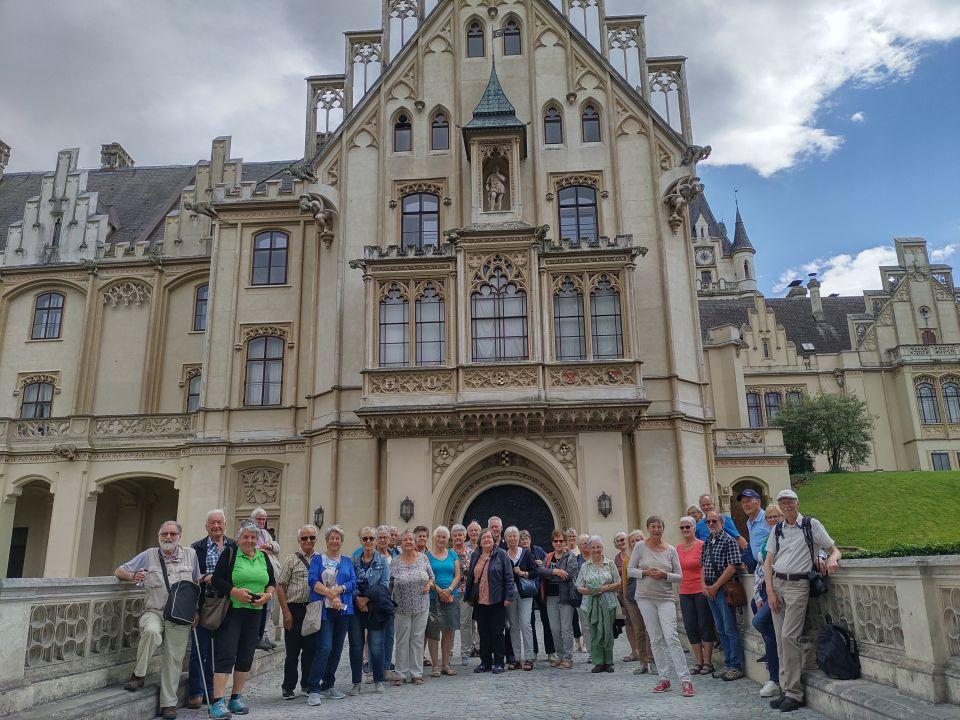 Senioren reisen wieder und akzeptieren COVID-19-Regeln